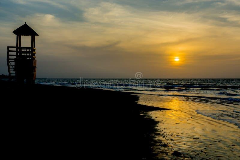 Le soleil place à la plage de Kotu en Gambie photographie stock libre de droits
