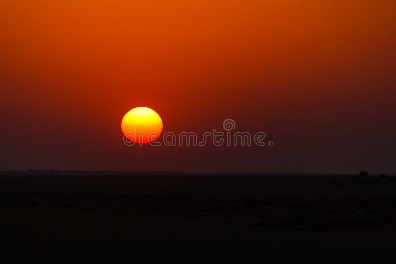 le soleil place au-dessus de l'horizon dans le d?sert image stock