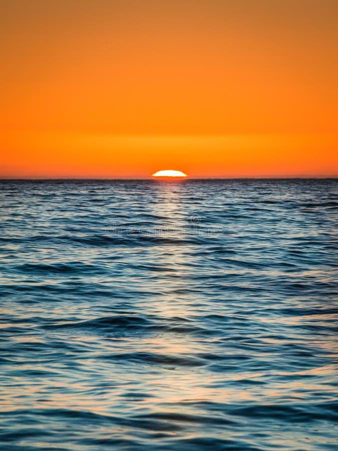 Le soleil place outre de la côte de Cape Town photographie stock libre de droits