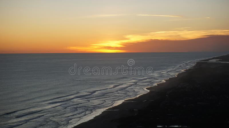 Le soleil place pendant l'été sur la plage photographie stock