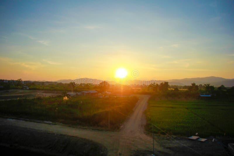Le soleil qui brille à la montagne images libres de droits