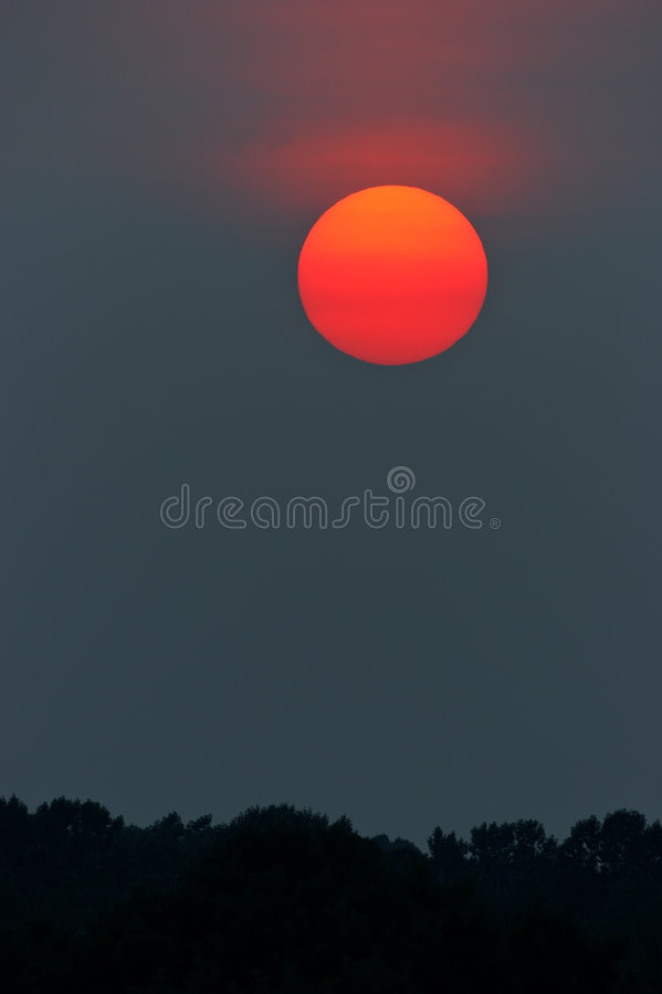 Le soleil rouge photo libre de droits