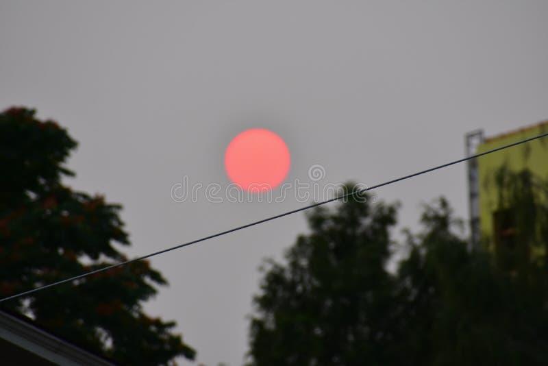 Le soleil rouge dans le ciel photographie stock libre de droits