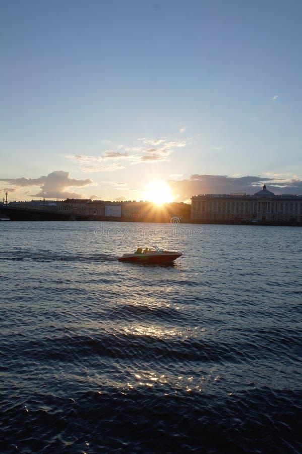 Le soleil sur la rivière Neva photo stock