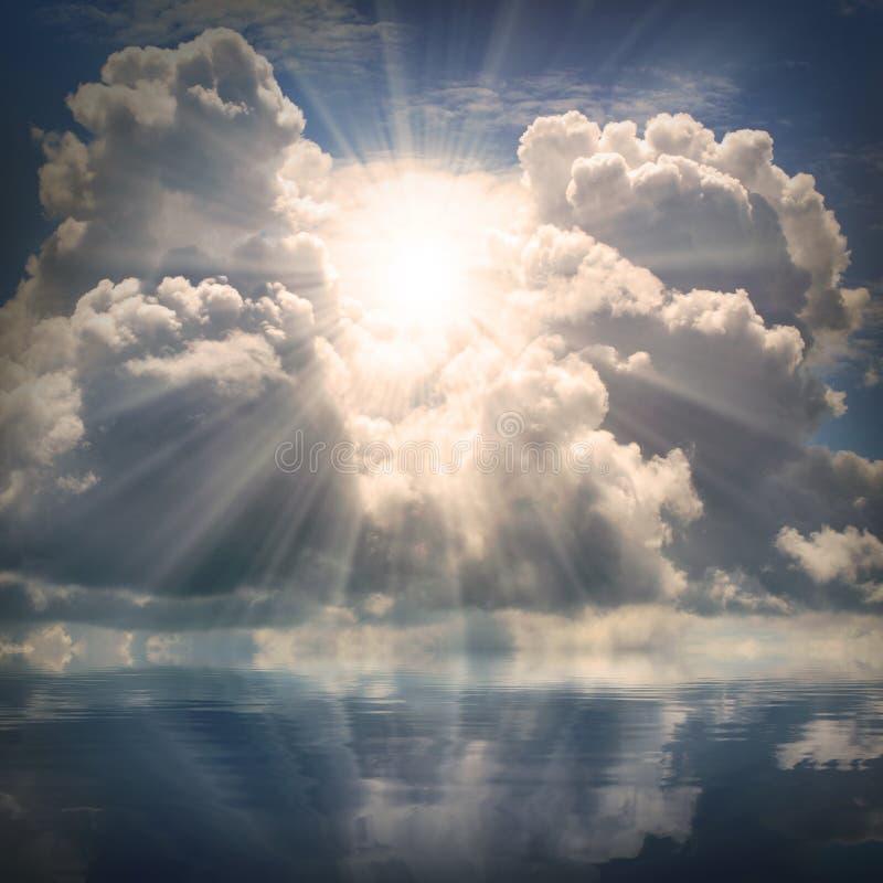 Le soleil sur le ciel dramatique au-dessus de la mer. photos stock