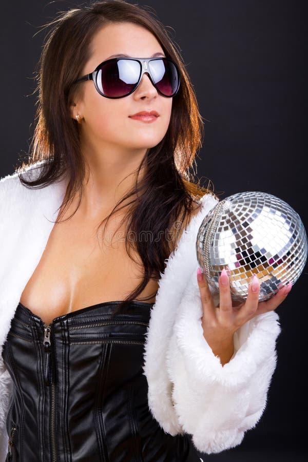 le solglasögon för darkhaired lady royaltyfria bilder