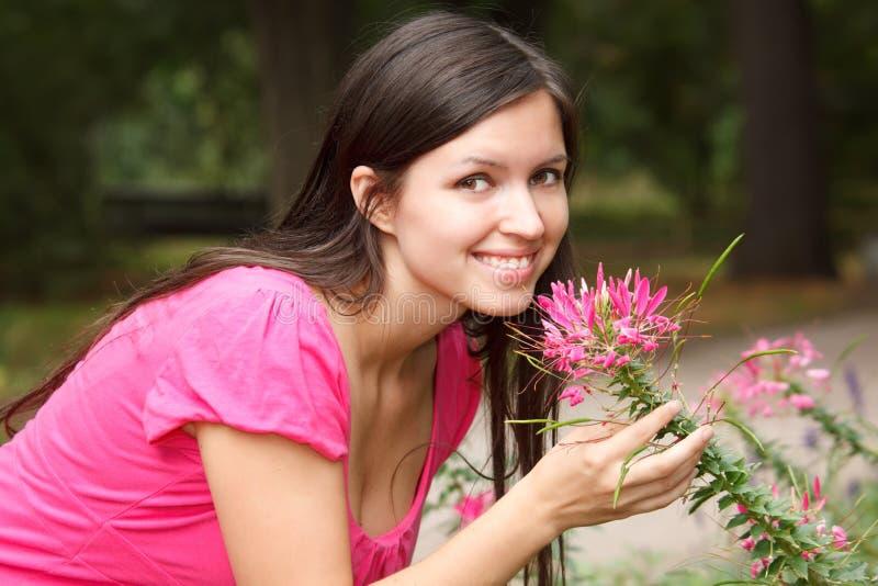 le sommar för trädgårds- flickastående royaltyfria bilder