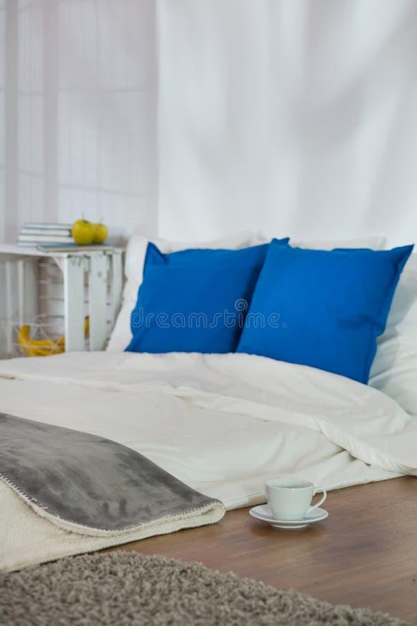 Le sommeil confortable faisant le coin se perfectionnent pour la soirée d'hiver images libres de droits