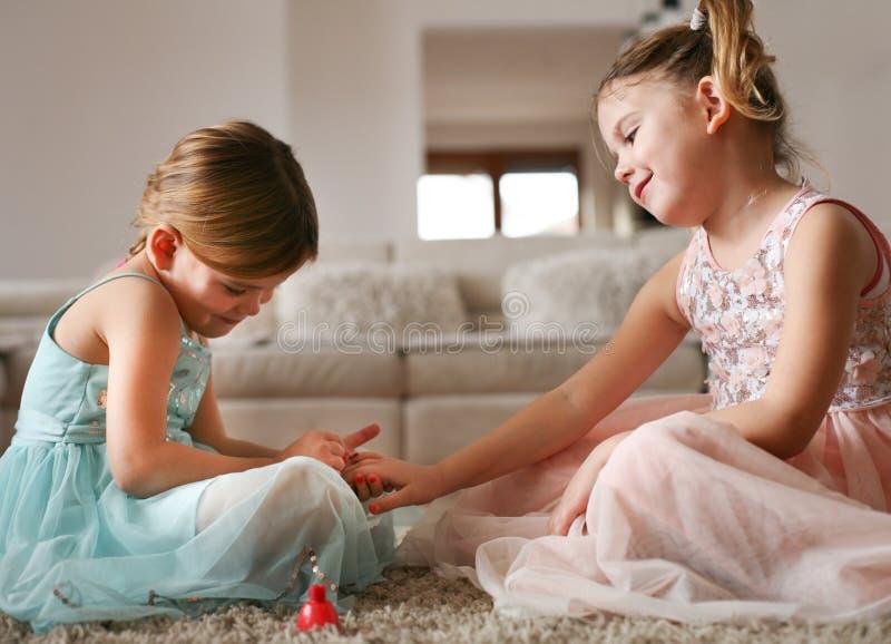 Le sorelle lucidano le unghie per incidere altra immagini stock