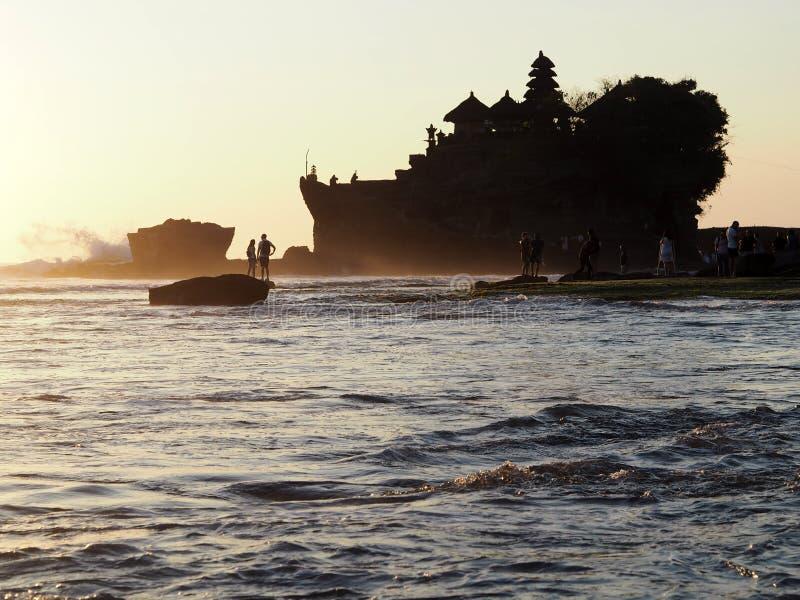 Le sort célèbre de Tanah de temple établi sur construit sur une île rocheuse au milieu de l'eau au coucher du soleil en BAL, Indo images libres de droits