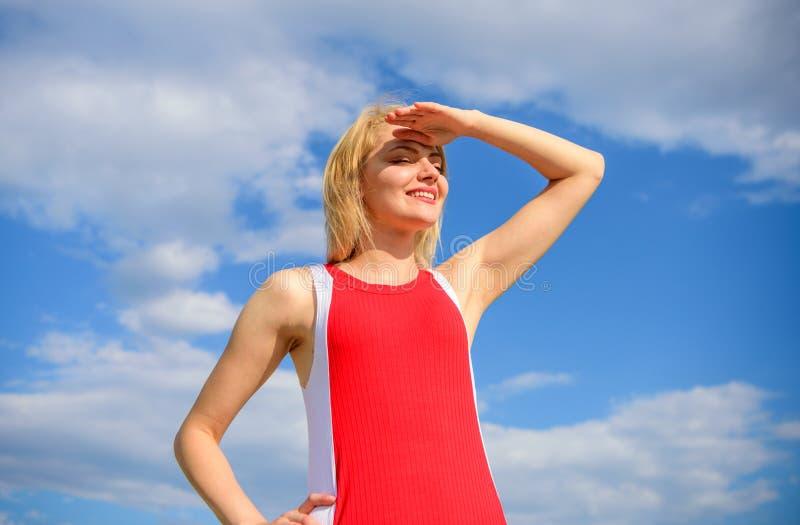 Le sourire blond de dame de fille apprécient le ciel bleu de lumière du soleil chaude avec le fond de nuages Coquette espiègle d' images stock