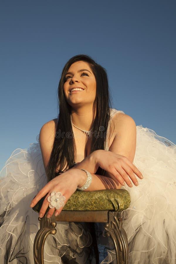 Le sourire de glace de robe formelle de femme recherchent le banc photos libres de droits