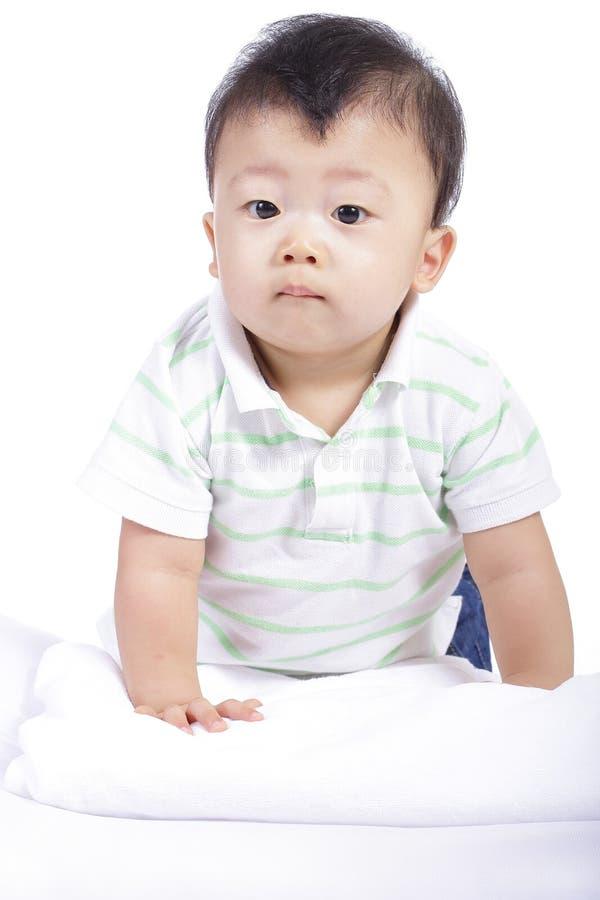 Le sourire de petit garçon et font l'activité quelque chose image stock