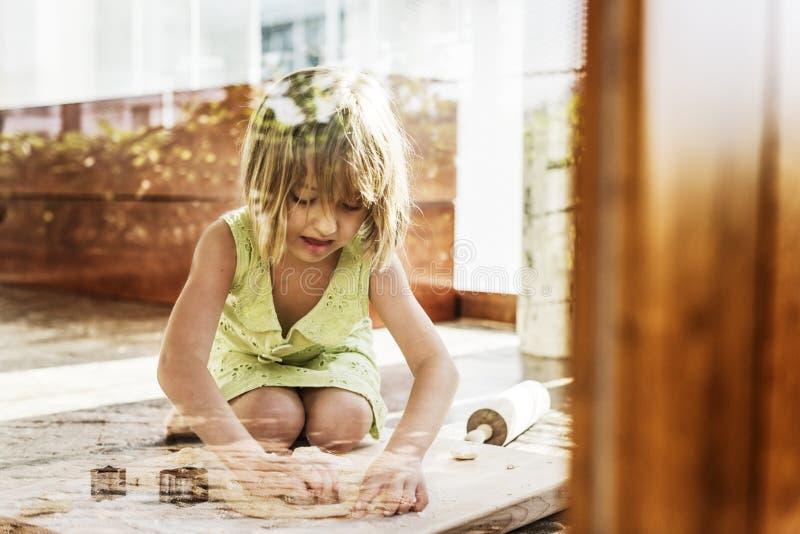 Le sourire de petite fille font le concept cuire au four de biscuit images stock