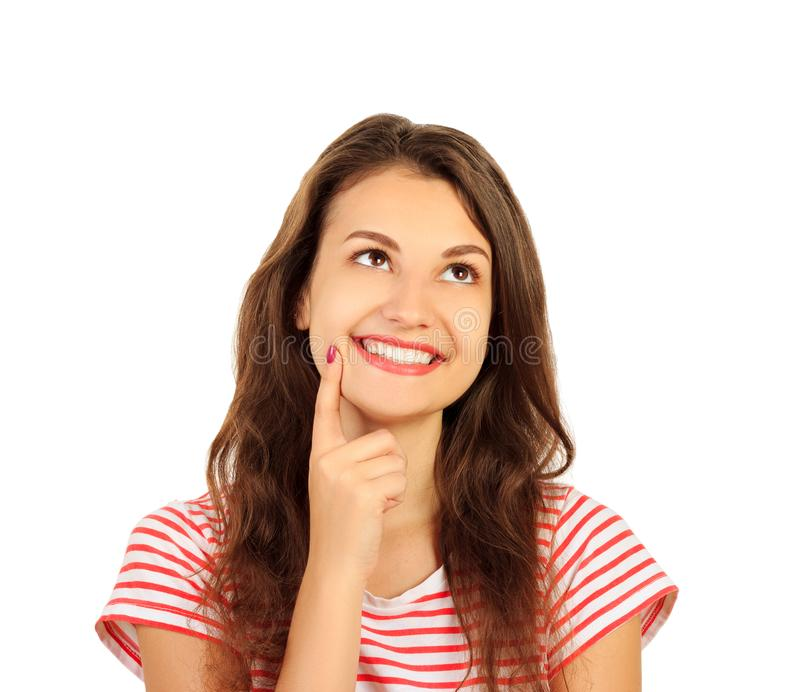 Le sourire heureux de femme assez positive pensent la recherche pour vider l'espace de copie fille émotive d'isolement sur le fon photographie stock libre de droits