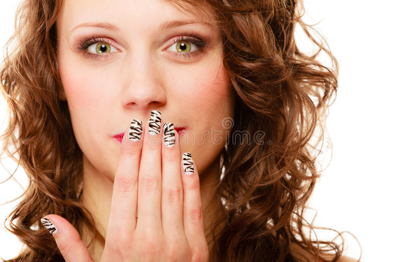 Le sourire heureux de jolie femme couvrent sa paume de bouche à la main photos libres de droits