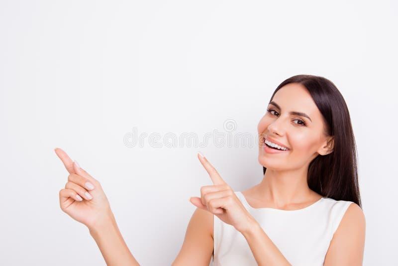 Le sourire réussi businesslady se dirige avec des doigts elle photographie stock