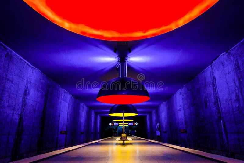 Le souterrain de westfriedhof de station de métro au centre de Munich, Allemagne, avec les lampes rouges et jaunes colorées intér photo libre de droits