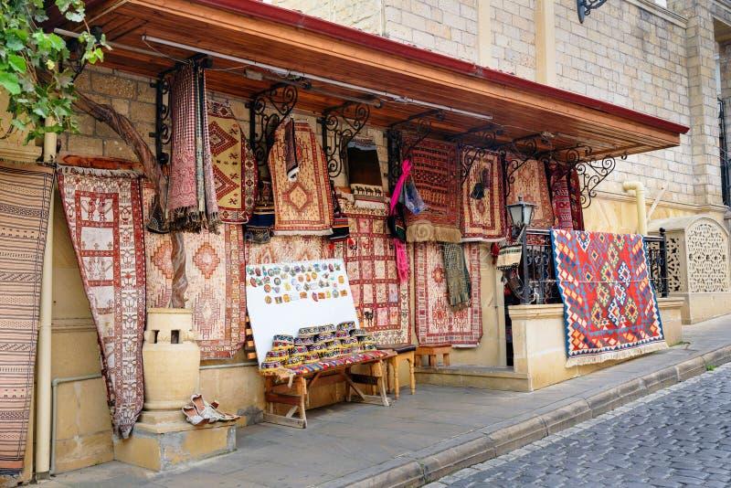 Le souvenir et le tapis font des emplettes dans la vieille ville, Icheri Sheher bakou photos libres de droits