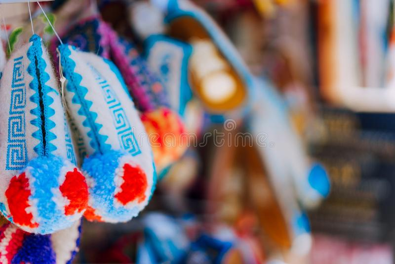 Le souvenir grec traditionnel régional chausse la pantoufle Tsarouchi La Grèce image stock