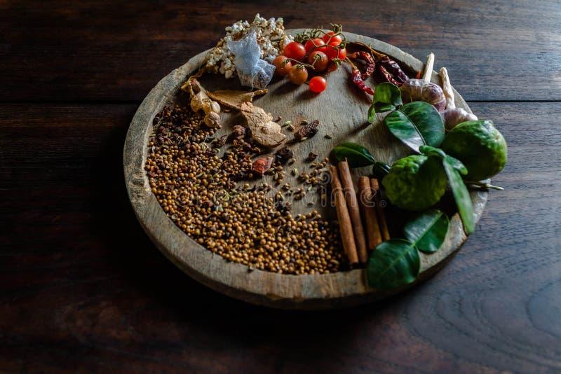 Le spezie per cucinare la Tailandia piccante riposa su un pavimento di legno immagini stock libere da diritti