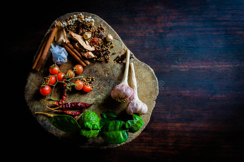 Le spezie per cucinare la Tailandia piccante riposa su un pavimento di legno fotografie stock libere da diritti