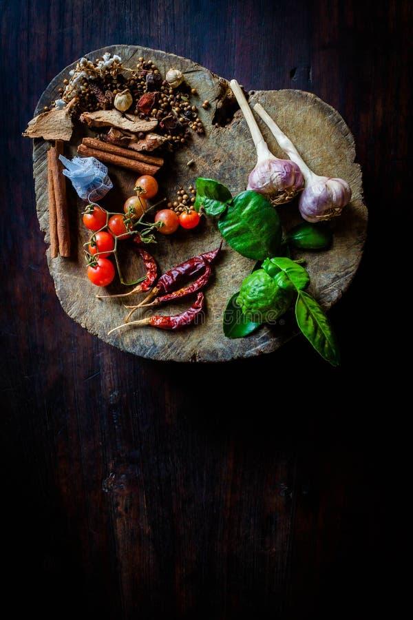 Le spezie per cucinare la Tailandia piccante riposa su un pavimento di legno fotografia stock