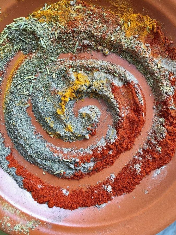 le spezie a spirale pepano la paprica dei rosmarini della curcuma del cardamomo del cumino immagini stock