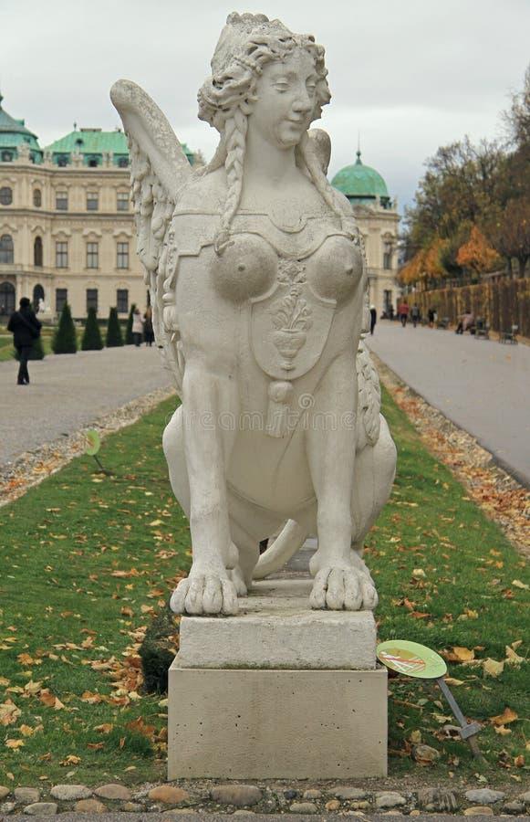Le sphinx rococo dans le belvédère fait du jardinage à Vienne images stock