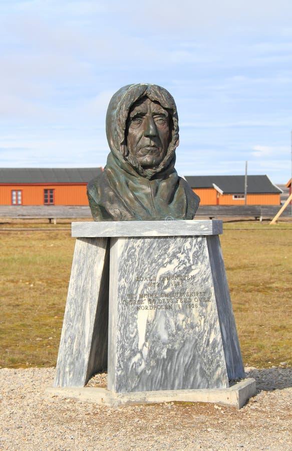Le Spitzberg : Sculpture en Roald Amundsen photos stock