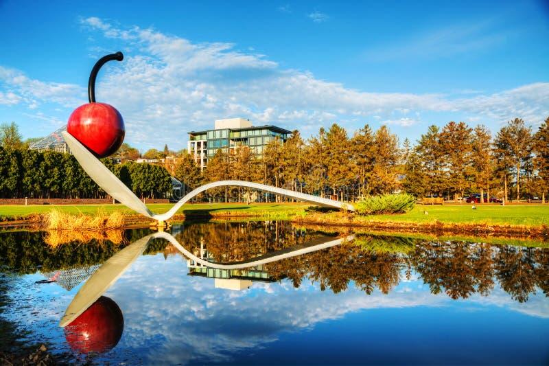 Le Spoonbridge et la cerise au jardin de sculpture de Minneapolis photographie stock