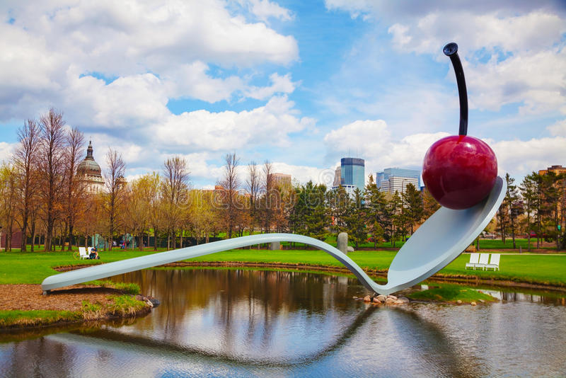 Le Spoonbridge et la cerise au jardin de sculpture de Minneapolis photos libres de droits