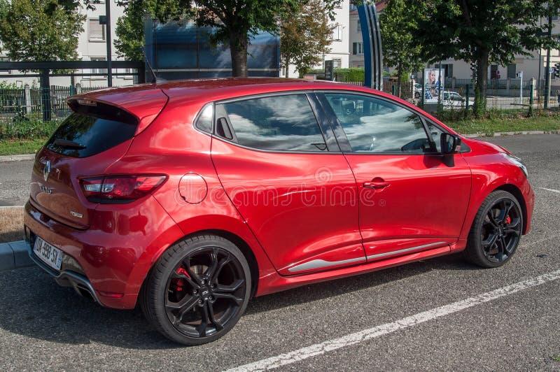 Le sport rouge de Renault Clio RS s'est garé dans la rue photographie stock