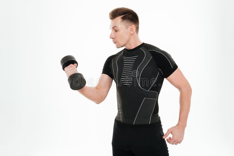 Le sportif fort beau font des exercices de sports avec l'haltère image stock