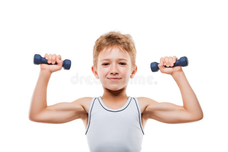 Le sportpojken med stark biceps tränga sig in hållande exerc arkivfoto