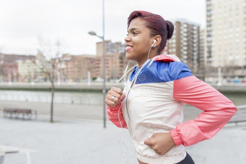 Le spring för ung kvinna i gatan royaltyfri bild