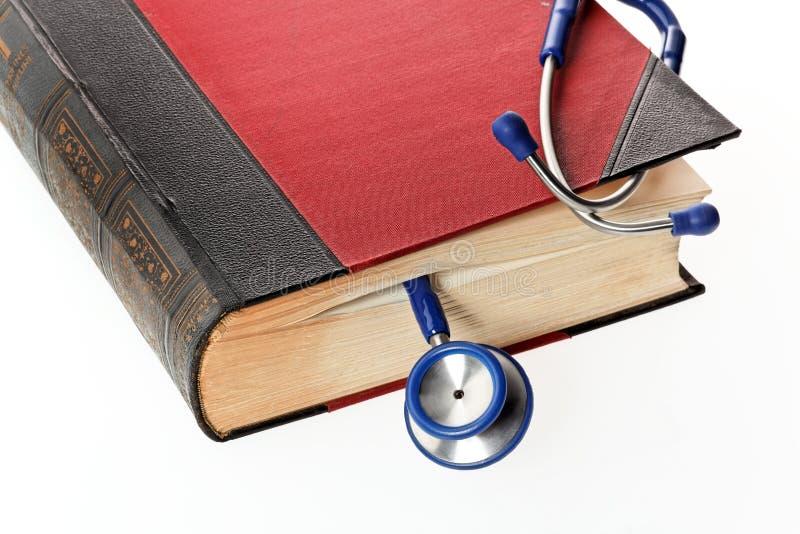 Le stéthoscope est un livre médical photographie stock libre de droits