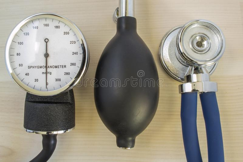 Le stéthoscope ou le phonendoscope, manomètre mécanique pour mesurer la tension artérielle et l'ampoule avec la soupape à air se  photos stock