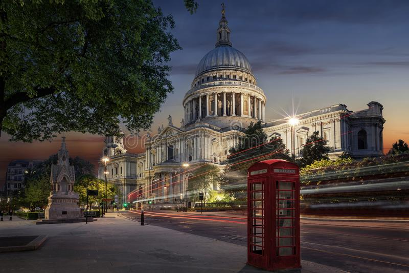 Le St iconique Pauls Cathedral à Londres, R-U photographie stock libre de droits