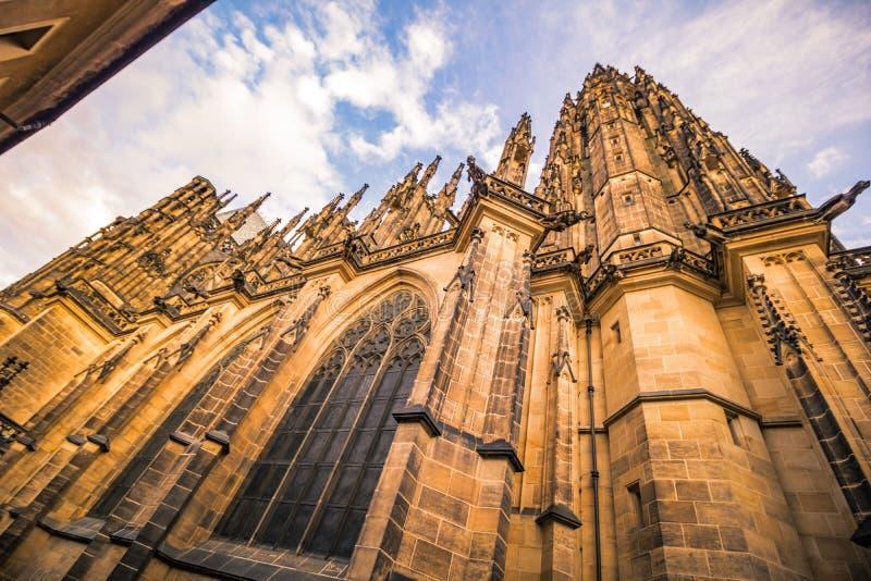 Le St Vitus Cathedral sur le château de Prague en été, République Tchèque images libres de droits