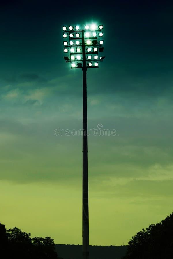 Le stade s'allume sur un champ de sports à la soirée images stock