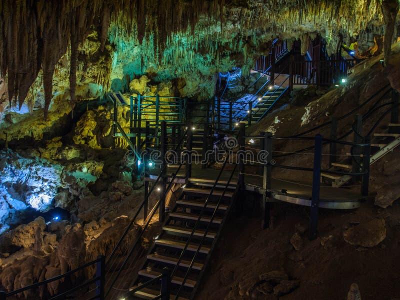 Le stalattiti e le stalagmite illuminate in Ngilgi franano Yallingup fotografia stock libera da diritti