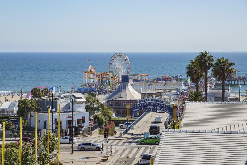 Le stationnement de pilier et de voiture de Santa Monica Beach image stock