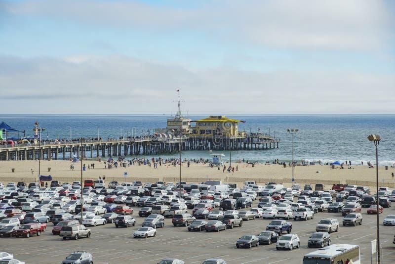 Le stationnement de pilier et de voiture de Santa Monica Beach images stock