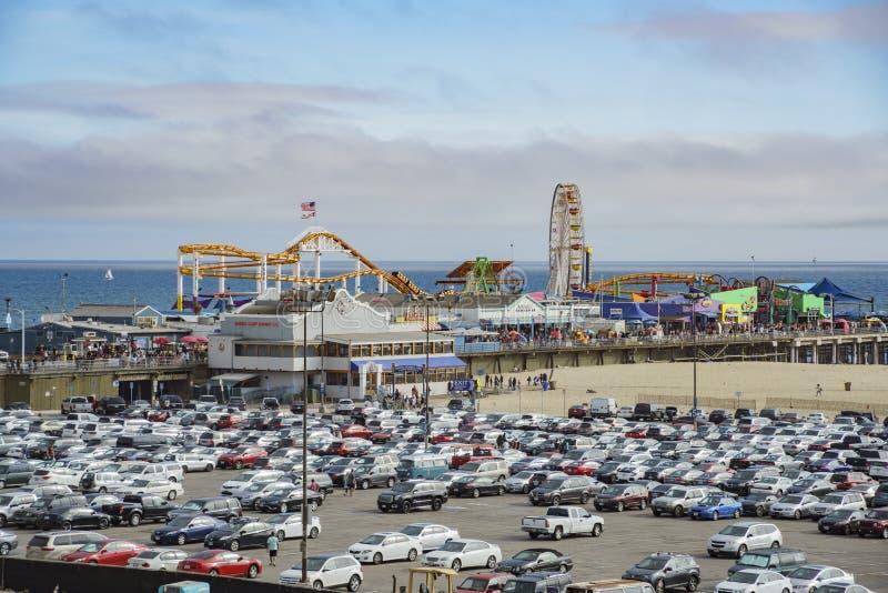Le stationnement de pilier et de voiture de Santa Monica Beach photos stock