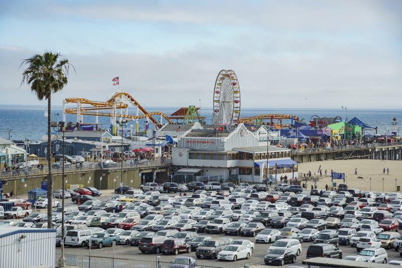 Le stationnement de pilier et de voiture de Santa Monica Beach photographie stock