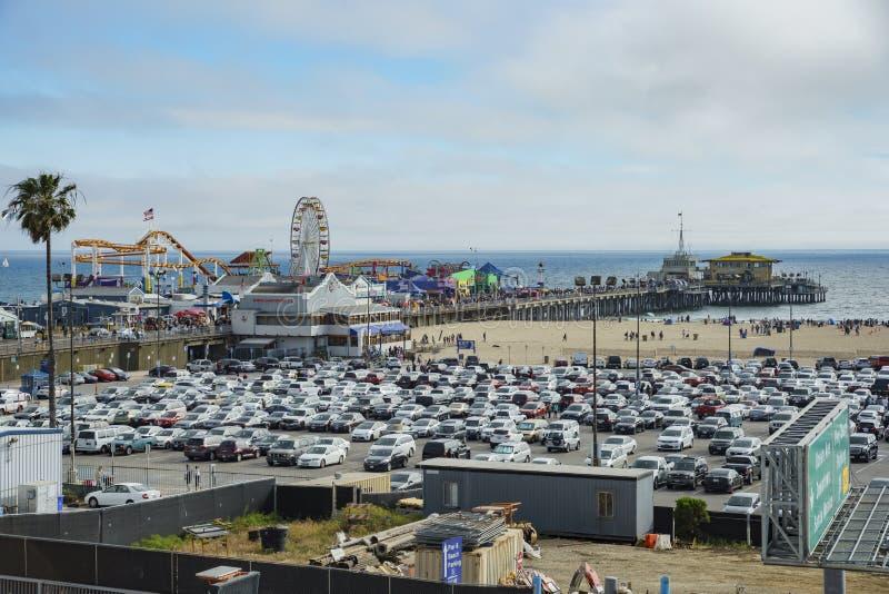 Le stationnement de pilier et de voiture de Santa Monica Beach photo libre de droits