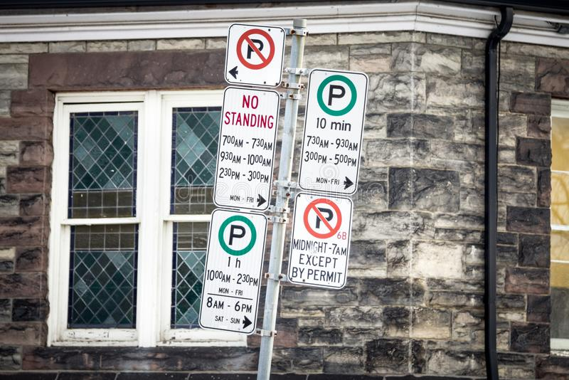 Le stationnement interdit nord-américain typique signe avec des instructions détaillées sur le stationnement Toronto rentré par r photos libres de droits