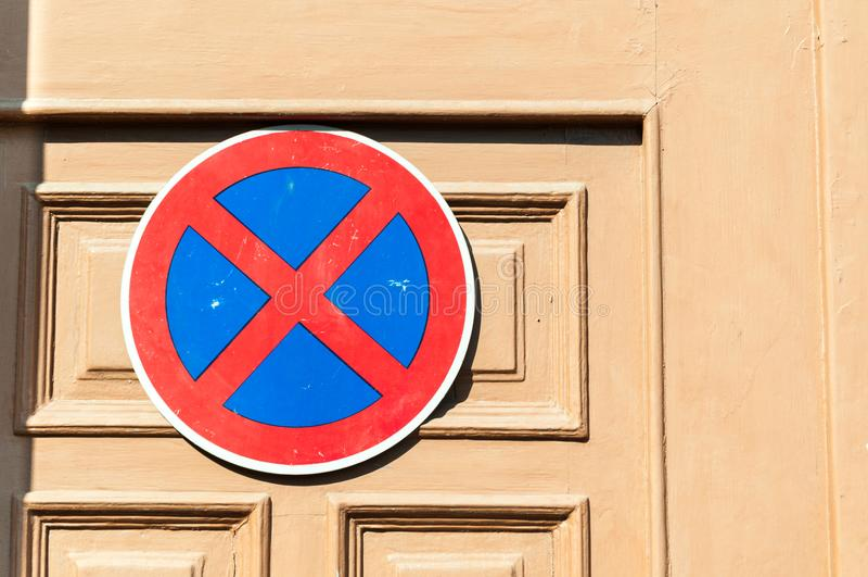 Le stationnement interdit se connectent la porte en bois pour protéger l'entrée contre les conducteurs de voiture images stock