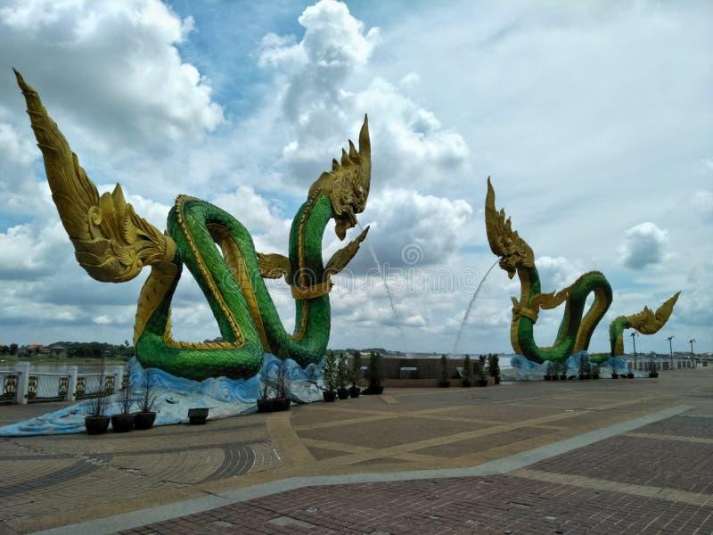 Le statue del Naga sono punto di riferimento e area pubblica della provincia di Nong Khai della Tailandia fotografia stock
